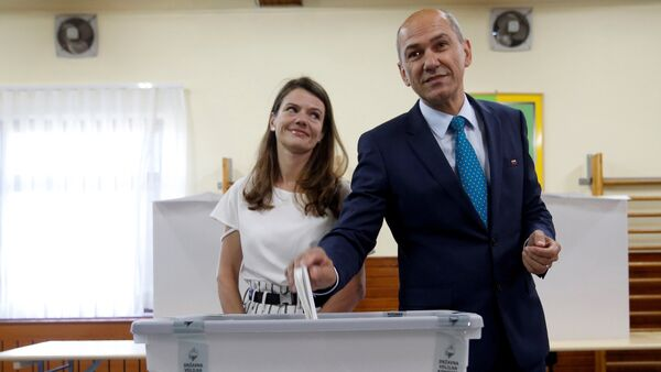 Janez Jansa, leader of the Social Democratic Party (SDS), and his wife Urska cast their votes at a polling station during the general election in Velenje, Slovenia, June 3, 2018. - Sputnik International