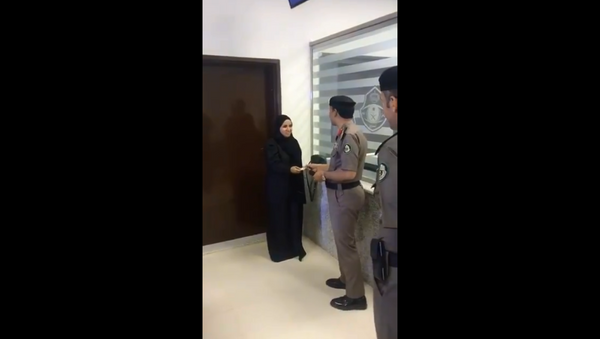 Viral video shows historic moment the first Saudi woman was given a driver's license - Sputnik International