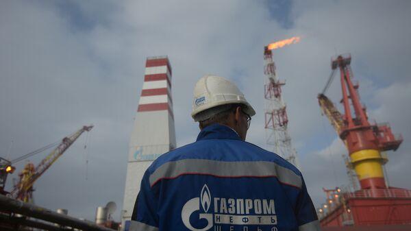 Gazprom-Mitarbeiter an einem Gas- und Öllager (Archivbild) - Sputnik International