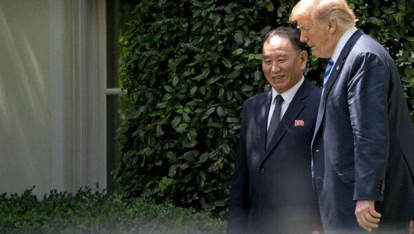 Presidente norte-americano, Donald Trump, com o principal assessor do líder norte-coreano, Kim Yong-chol, em reunião na Casa Branca, EUA - Sputnik International