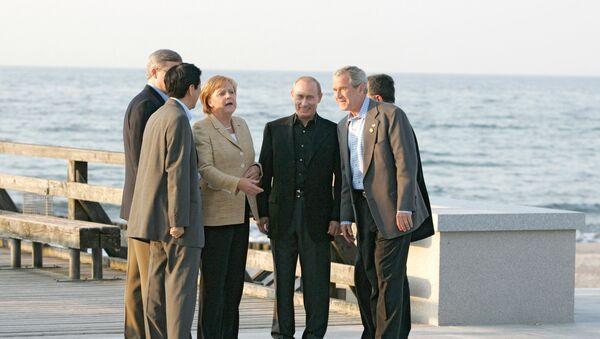 Right to left: U.S. President George W. Bush, Russian President Vladimir Putin and German Chancellor Angela Merkel out for a walk in Heiligendamm. June 7, 2007. File photo - Sputnik International