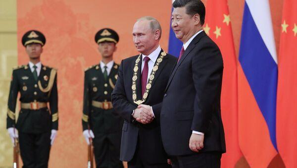 Chinese President Xi Jinping awards Putin the Order of Friendship. - Sputnik International