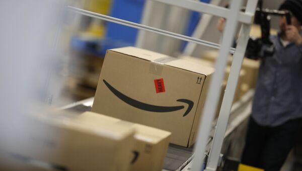 Boxes move down a conveyor belt at an Amazon fulfillment center - Sputnik International
