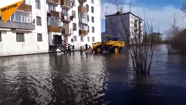 All aboard the tractor! See Yakutiya residents smooth sailing through flooded streets. - Sputnik International