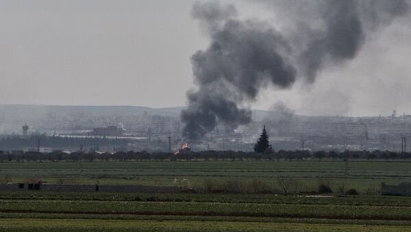 Smoke rises from the northwestern Syrian city of Idlib on March 26, 2015 following bombing by rebels. Islamist fighters have seized 17 checkpoints from Syrian forces in clashes around the city of Idlib that have cost at least 71 lives, according to the Syrian Observatory for Human Rights. - Sputnik International