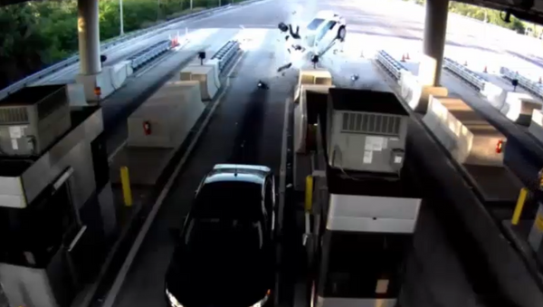 Florida SUV Smashes Toll Booth at Full Speed, Ejects Passenger 30 Feet - Sputnik International