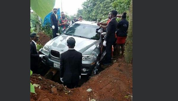 Man buries father in BMW - Sputnik International