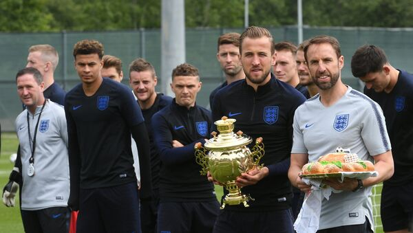 Members of England's national soccer team carry traditional Russian souvenirs before the training session ahead of the World Cup 2018 in Saint Petersburg, Russia, on June 13, 2018 - Sputnik International