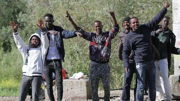 Migrants dance and cheer as they assist at the start of the citizens and solidarity march, in Ventimiglia, an Italian city near the border between Italy and France, on April 30, 2018. Some 60 people, gathered on April 30, 2018 in Ventimiglia at the French and Italian border - Sputnik International
