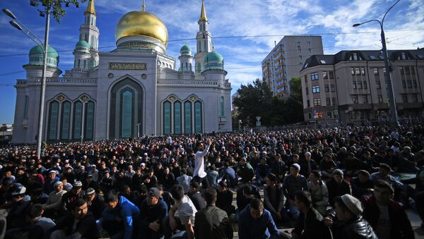 Muslims on the Eid al-Fitr holiday outside the Moscow Cathedral Mosque - Sputnik International