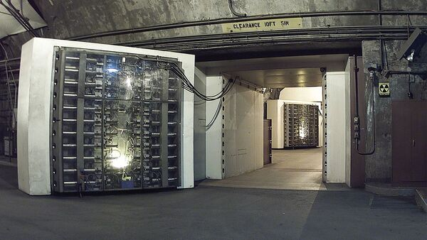 The 25-ton blast door in the Cheyenne Mountain nuclear bunker is the main entrance to another blast door (background) beyond which the side tunnel branches into access tunnels to the main chambers. NORAD, Cheyenne Mountain, Colorado - Sputnik International
