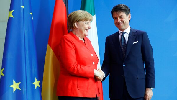 German Chancellor Angela Merkel and Italian Prime Minister Giuseppe Conte shake hands after a news conference at the chancellery in Berlin, Germany, June 18, 2018 - Sputnik International