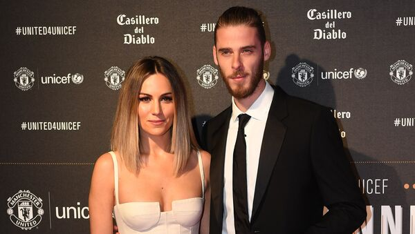 Manchester United's Spanish goalkeeper David de Gea (R) and Edurne Garcia pose on the red carpet as they arrive to attend the United for UNICEF Gala Dinner at Old Trafford in Manchester, north-west England, on November 15, 2017 - Sputnik International
