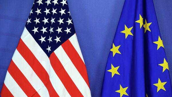 Die Flagge von den USA und der EU - Sputnik International