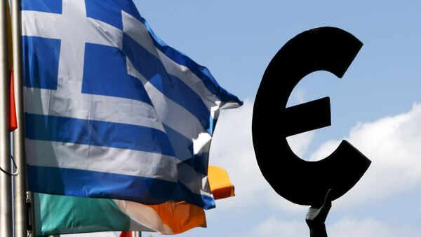 A Greek flag flies past a statue depicting the European unity outside the European Parliament ahead of a euro zone leaders summit on Greece in Brussels, Belgium, July 6, 2015. - Sputnik International