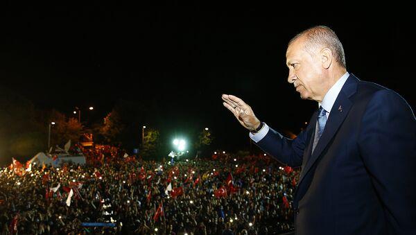 Cumhurbaşkanı Erdoğan, Huber Köşkü'nün önünde bekleyenlere seslendi. - Sputnik International
