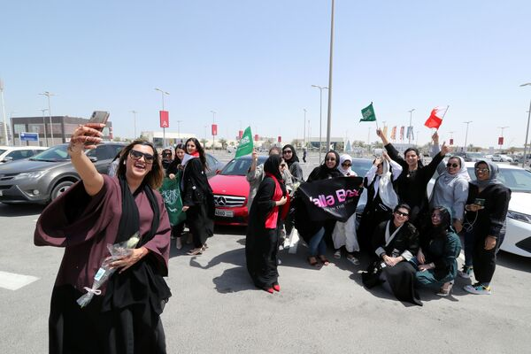 Saudi and Bahraini women celebrate the lifting of the driving ban - Sputnik International