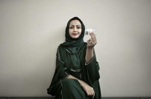Female driver from Saudi Arabia with her new car license - Sputnik International