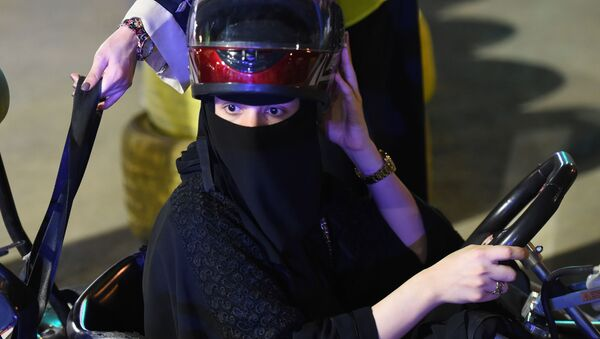 Saudi woman prepares to use go-kart in Riyadh - Sputnik International