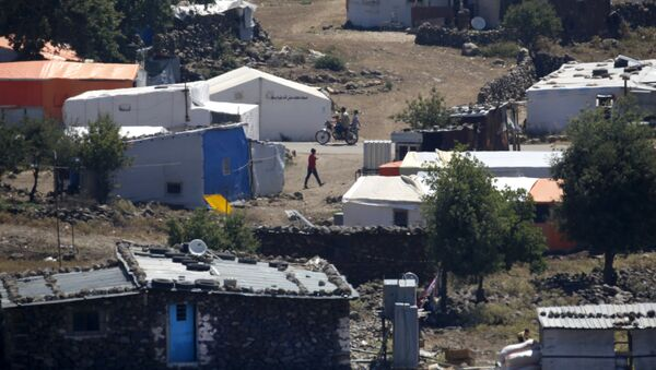 A picture taken on June 26, 2018 from the Israeli-annexed Syrian Golan Heights shows a camp for displaced Syrians near the Syrian village of Breqa - Sputnik International