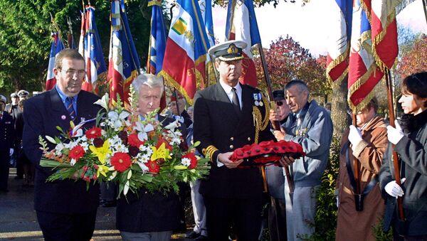 British naval attache Nicholas Butler (right) laying a wreath at the Mers-el-Kebir memorial in Brest in 2005 - Sputnik International