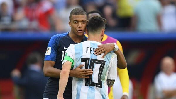 France's Kylian Mbappe, left, comforts Argentina's Lionel Messi after France's 4:3 victory in the World Cup Round of 16 soccer match between France and Argentina, at the Kazan Arena, in Kazan, Russia, June 30, 2018 - Sputnik International