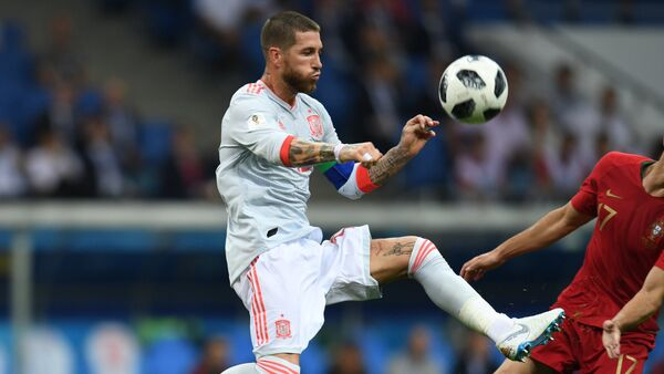 Spain's Sergio Ramos , left, and Portugal's Goncalo Guedes struggle for a ball during the World Cup Group B soccer match between Portugal and Spain at the Fisht stadium in Sochi, Russia, June 15, 2018 - Sputnik International