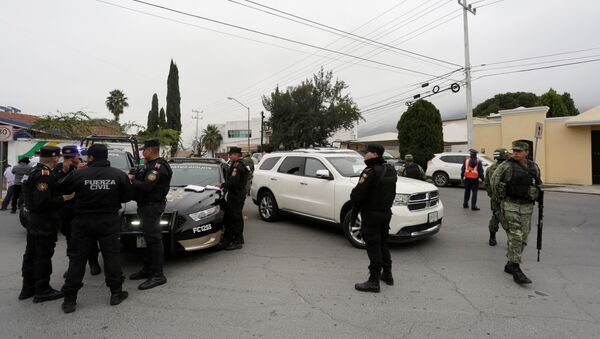 Police officers and soldiers gather near the Colegio Americano del Noreste after a student opened fire at the American school in Monterrey, Mexico - Sputnik International
