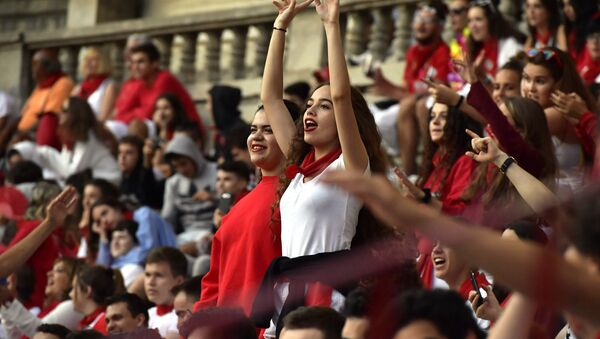 People react as revellers running in front of Victoriano del Rio's fighting bulls are entering at the bullring at the end of the running of the bulls at the San Fermin Festival, in Pamplona, northern Spain, Wednesday, July 12, 2017. - Sputnik International
