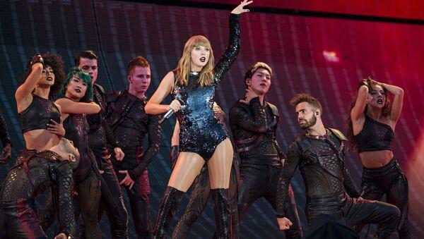 Taylor Swift performing during Taylor Swift's reputation Stadium Tour at Papa John's Cardinal in Louisville. - Sputnik International