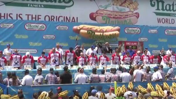 Hot Dog Eating Contest: Joey 'Jaws' Chestnut From US Sets New Record - Sputnik International