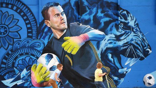 Children are looking at graffiti depicting Igor Akinfeev, the goalkeeper of the Russian national football team, in Shchyolkovo, Moscow region - Sputnik International