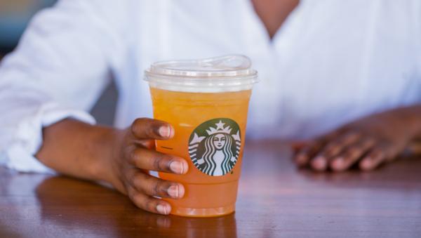 Starbucks unveils new strawless lids to reduce plastic pollution of the environment - Sputnik International