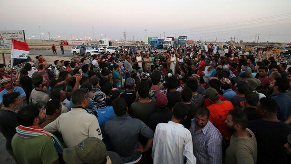 Protesters block the road to Iraq's Umm Qasr port, south of Basra, Iraq July 13, 2018. - Sputnik International