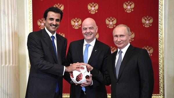 Putin Passes Symbolic FIFA World Cup Baton to Qatari Emir - Sputnik International