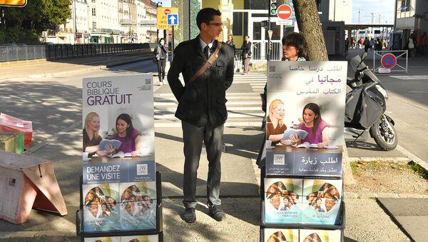 Members of the Jehovah's Witnesses display brochures on October 20, 2017 in Nantes, western France - Sputnik International