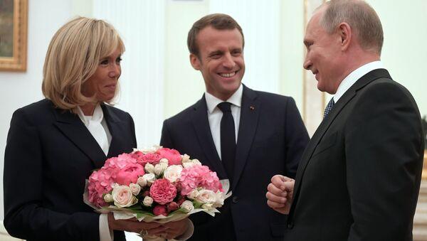 Russian Presiden Vladimir Putin Meets French President Emmanuel Macron and Wife - Sputnik International