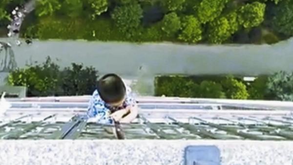 Boy hanging for balcony in China - Sputnik International