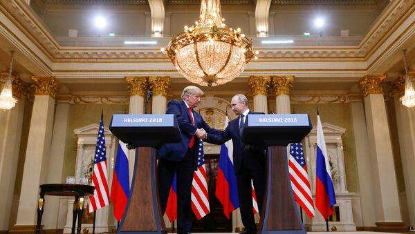 US-Präsident Donald Trump (l.) und Wladimir Putin vor der Pressekonferenz in Helsinki - Sputnik International