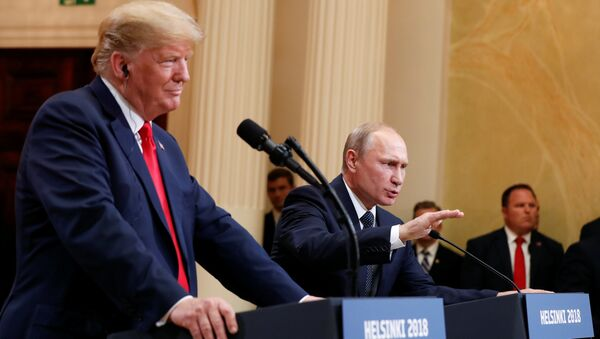 El presidente de Estados Unidos, Donald Trump, durante la reunión con su homólogo ruso, Vladímir Putin - Sputnik International