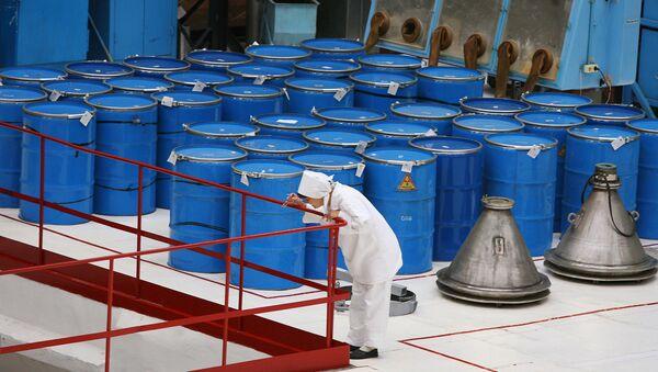 Бочки с сырьем для производства таблеток диоксида урана - Sputnik International