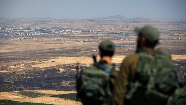 Israeli soldiers look at the Syrian side of the Israel-Syria border on the Israeli-occupied Golan Heights, Israel July 7, 2018 - Sputnik International
