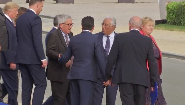 In this Wednesday, July 11, 2018 grab taken from video, European Union leader Jean-Claude Juncker, centre left is helped by Heads of States, at Brussels Parc Cinquantenaire, in Brussels, Belgium - Sputnik International