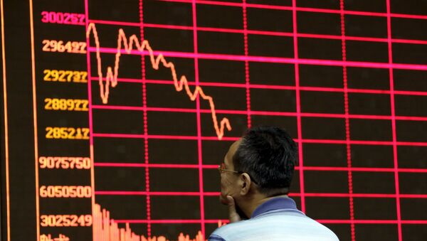 An investor looks at an electronic board showing stock information of Shanghai Stock Exchange Composite Index at a brokerage house in Beijing, August 26, 2015 - Sputnik International