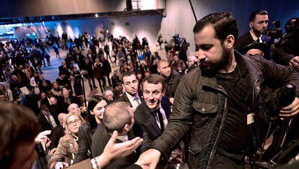 Emmanuel Macron und sein Sicherheitschef Alexandre Benalla während der Wahlkampagne im Jahr 2017 (Archivbild) - Sputnik International