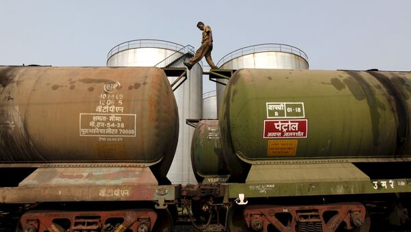 A worker walks atop a tanker wagon to check the freight level at an oil terminal on the outskirts of Kolkata, India November 27, 2013 - Sputnik International