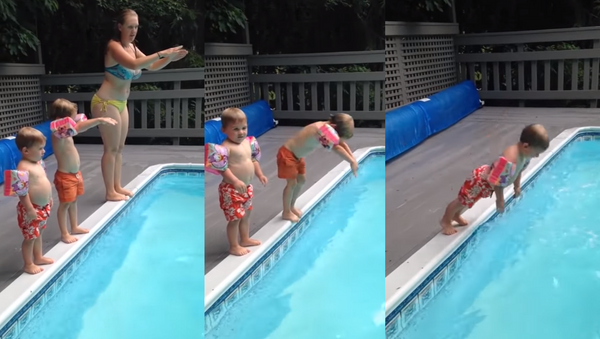 Flop of Faith: Toddler All Smiles After Seemingly Painful Dive - Sputnik International