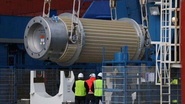 A transport storage cask for the return of high activity waste from reprocessing is being loaded onto the BBC Shanghai cargo ship on October 15, 2015 in Cherbourg-Octeville. The vessel, whose security has been questioned, is to deliver nuclear waste back to Australia after its reprocessing in France - Sputnik International