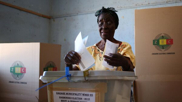 A woman casts her ballot in the country's general elections in Harare, Zimbabwe, July 30, 2018 - Sputnik International