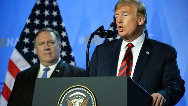 US President D. Trump and State Secretary Mike Pompeo at NATO conferense - Sputnik International